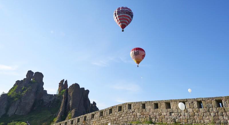 Двата балона свободно излитат над крепостта.