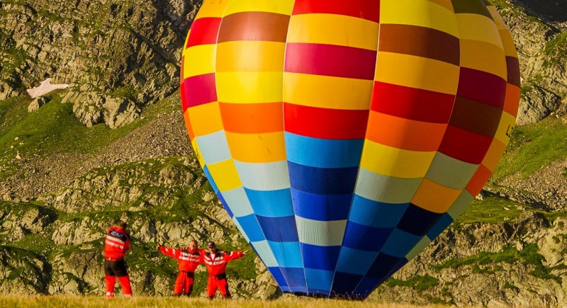 Пилотите на хеликоптера се радват на балона : )