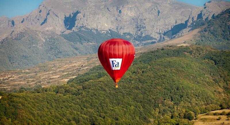 Подготовка за бънджи скокове от балон на Фестивал Въздухария.